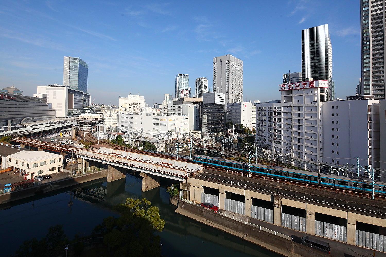 事務所の周辺横浜駅を眼下に見下ろし、ホームに出入りするJR線や京急線を俯瞰。高層ビル群、敷地内公園の緑、海に続く運河などなど、バルコニーは気分転換のスポットになっています。